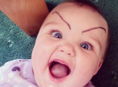 Bööööse Eltern: Babys mit gemalten Augenbrauen
