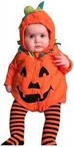 Baby im Halloweenkostüm als Kürbis