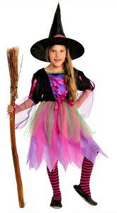Mädchen im Hexenkostüm für die Hallowenparty für Kinder