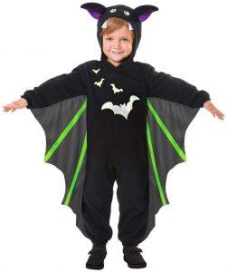 Junge im Halloweenkostüm als Fledermaus