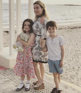Melinda Ayre mit ihren zwei Kindern. instagram.com/beautyhunter1980/