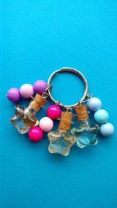 Ein Schlüsselanhänger für eine Mama: Mit drei Haarsträhnen ihrer Kinder und Perlen in ihren Lieblingsfarben