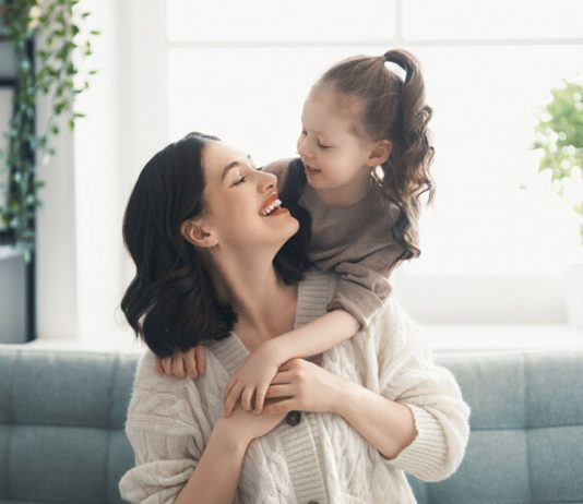 Über die Eizelle vererbt eine Mutter ihre genetischen Anlagen an ihr Kind weiter.