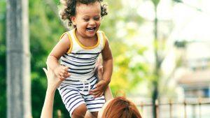 Kind tobt mit Mutter