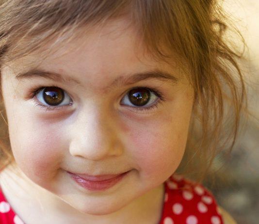 Lächelndes Mädchen mit braunen Augen