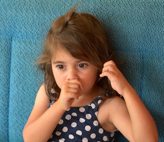 Mit ganz viel Geduld und Liebe lässt sich das Daumenlutschen einem Kind abgewöhnen