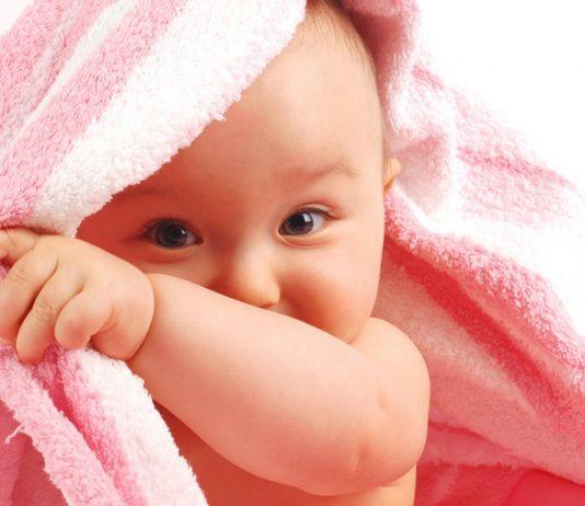 Baby-Maedchen mit rosa Handtuch