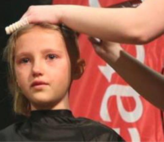 So traurig, warum sich dieses Mädchen die Haare rasieren lässt