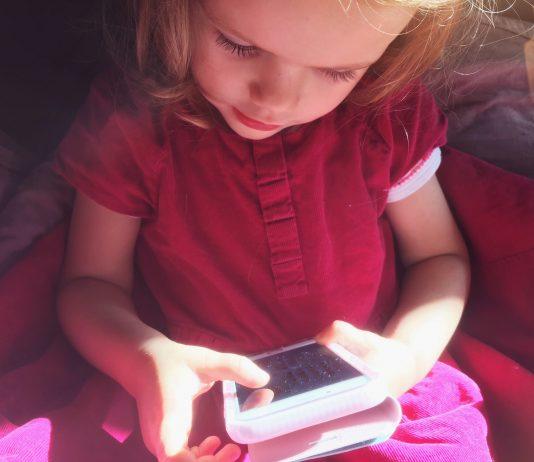 Kurzsichtigkeit & schlechter Schlaf: Wie ein Handy die Gesundheit deines Kindes beeinflussen kann