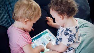Kleinkinder mit Tablet