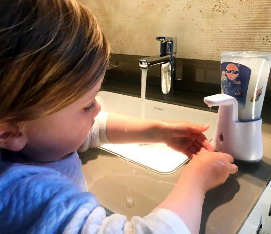Wie ich meinem Kind das Händewaschen beigebracht habe – und es jetzt richtig Spaß daran hat
