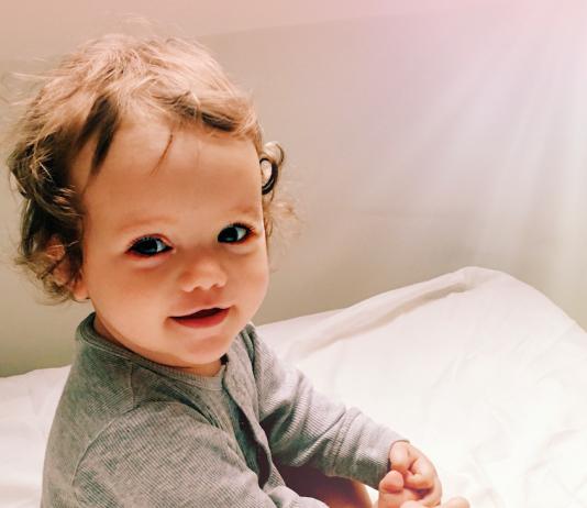Kleines Mädchen mit französischem Vornamen