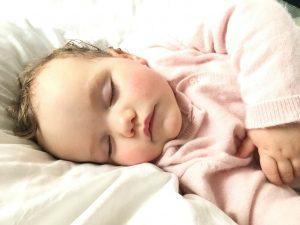 Kleines Mädchen mit französischem Vornamen schläft