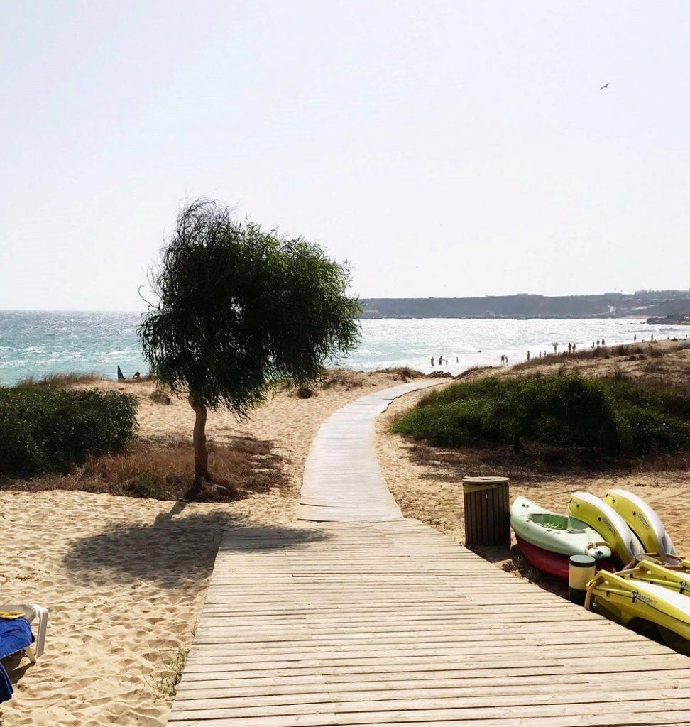 Strand Algarve Portugal für einen Urlaub im Herbst mit Kindern