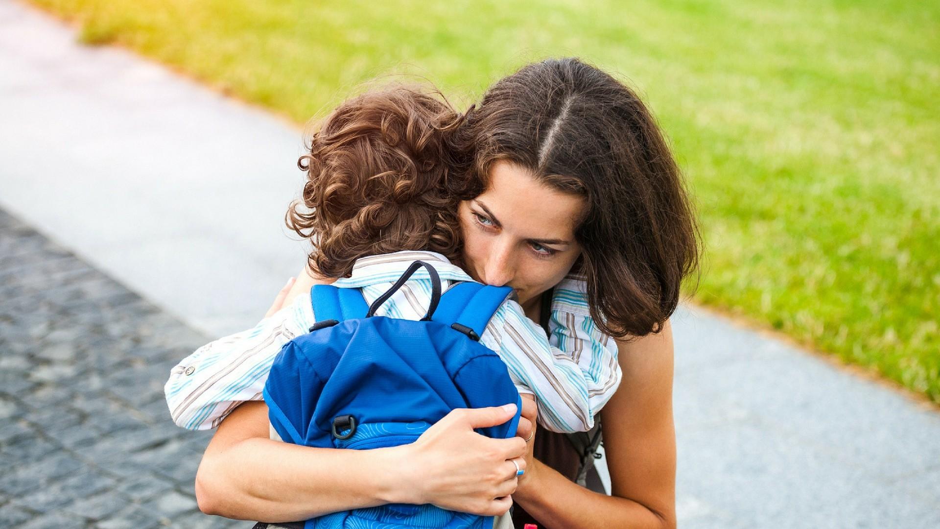 Eingewöhnung in die Kita: Mama verabschiedet ihren Sohn.