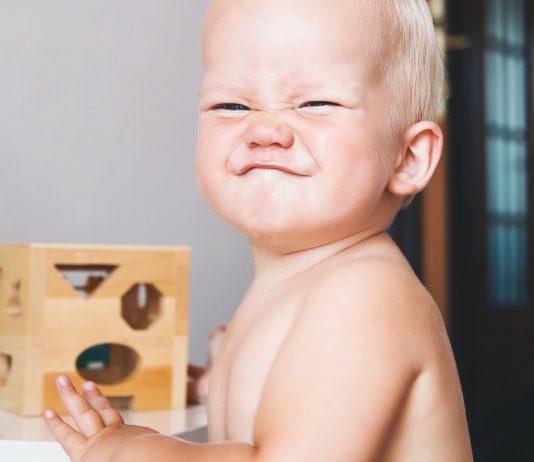 Baby zieht eine Grimasse
