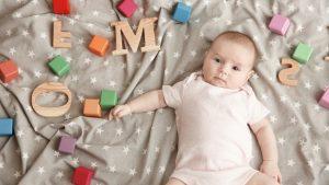 Baby Mädchen mit Buchstaben für zeitlose Vornamen