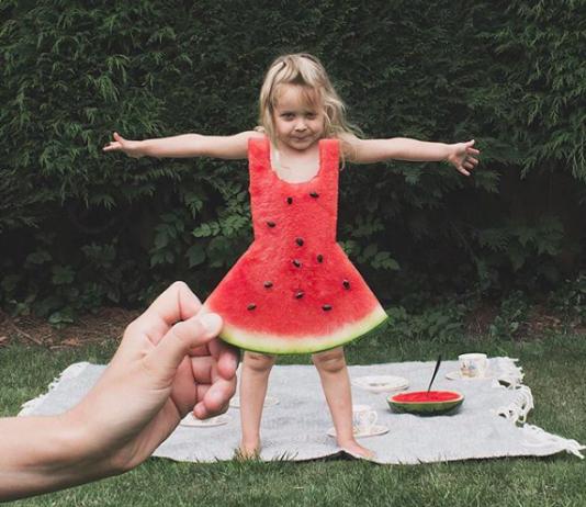 Mädchen in Melonen-Kleid
