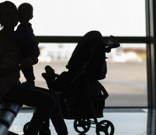 Am Flughafen: Fremde Frauen retten eine verzweifelte Mama