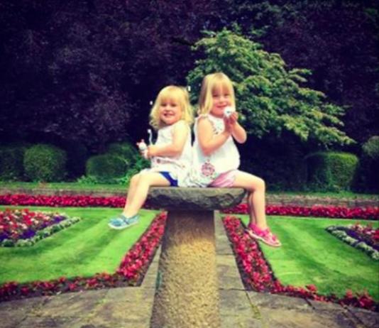 Diese Mädchen kuschelten sich 12 Stunden an ihren toten Vater