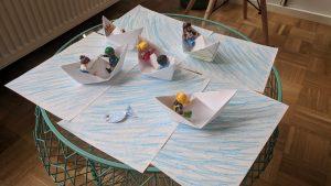 Papierschiffe und Meer