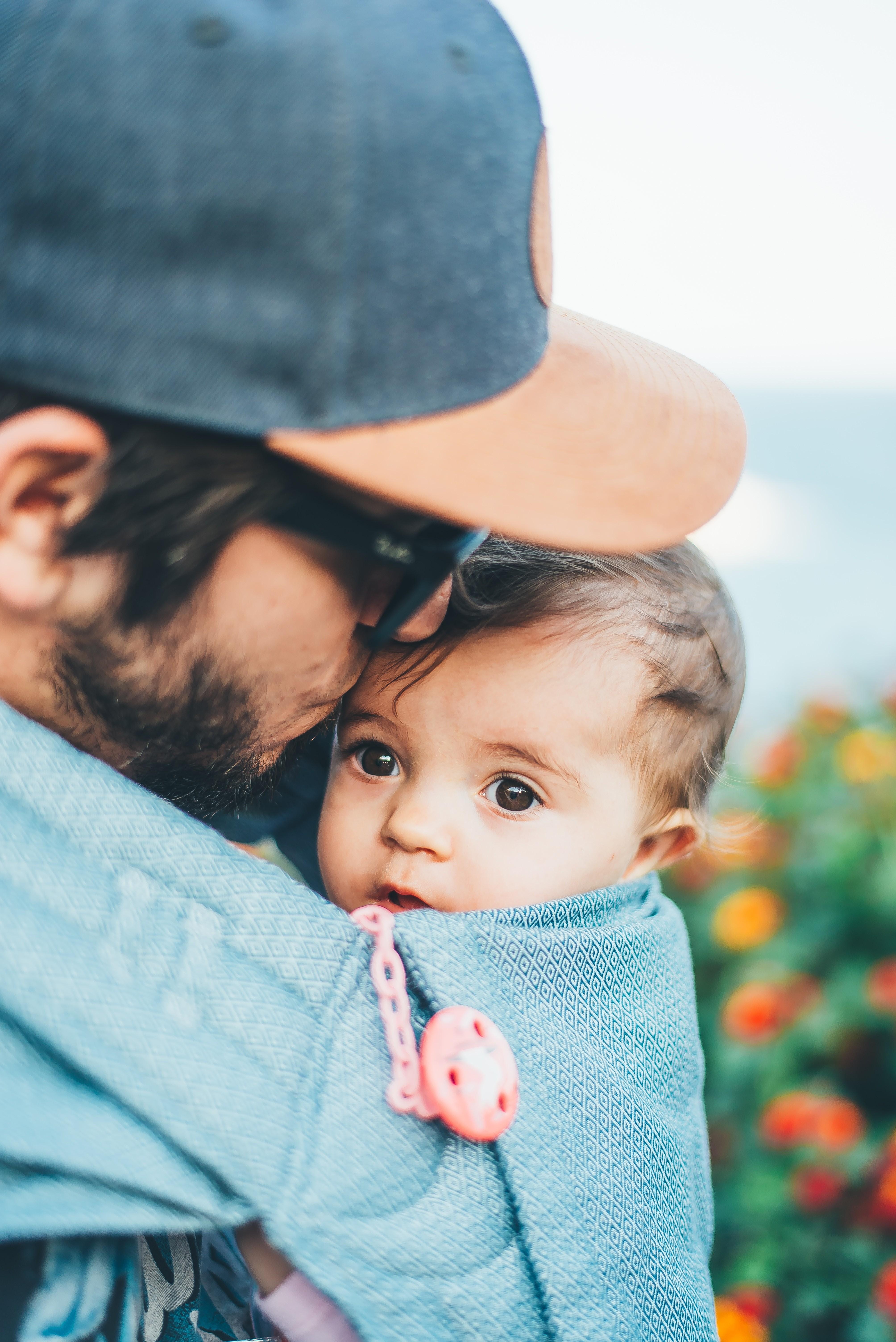 Vater trägt sein Kind