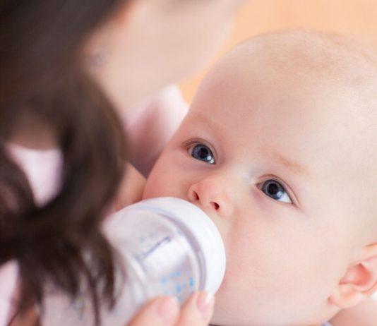 Mutter fuettert Baby: Flaeschen geben wird mit einigen Tipps einfacher