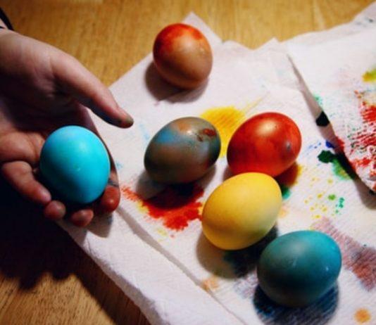 Ostereier färben mit Kindern kann so viel Spaß machen!