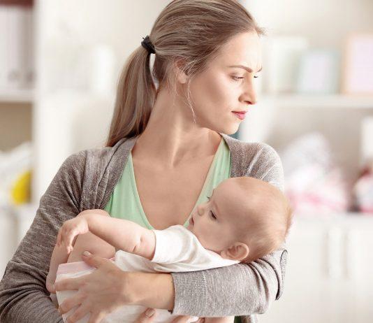 Mutter hält ihr Kind