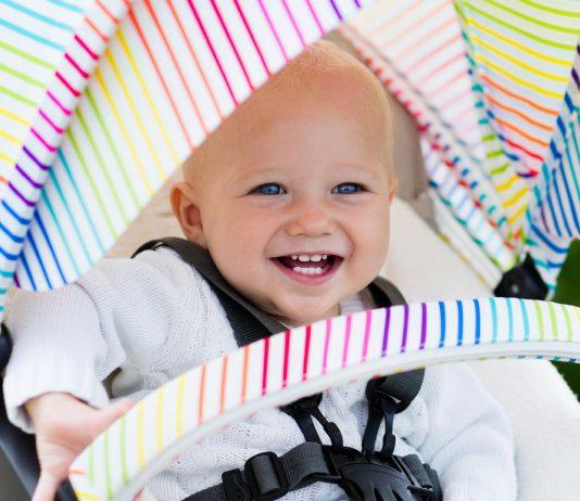 Kleinkind glücklich im Kinderwagen