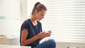 Schwanger trotz PCO? Frau mit Schwangerschaftstest