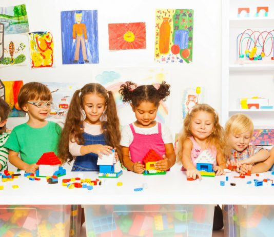 Kinder spielen zusammen in der KiTa