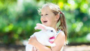 Mädchen mit Kaninchen auf dem Arm