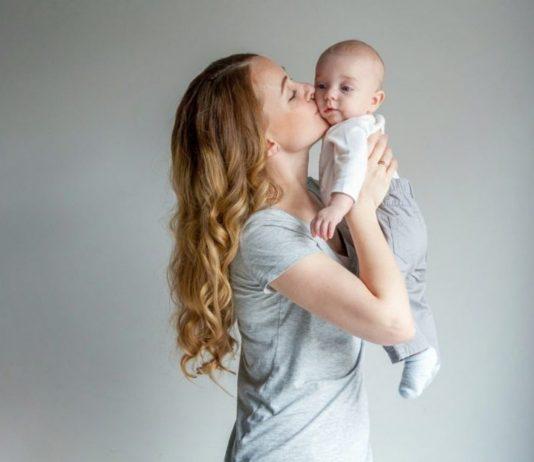 Mama gibt Baby ein Küsschen