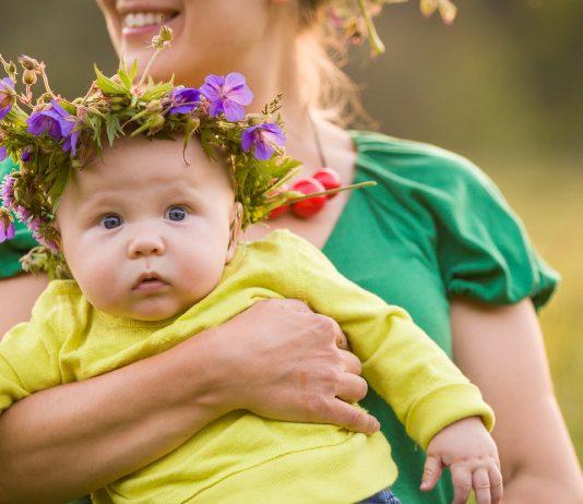 kleines Baby mit Blumenkranz - Vornamen aus der Natur sind wunderschön