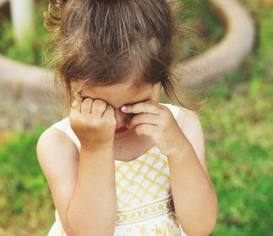 kleines Mädchen ist traurig