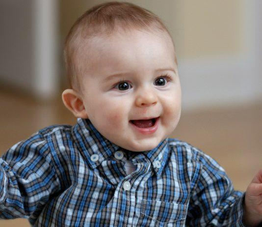 Kleiner Junge freut sich - seltene Jungennamen haben oft eine tolle Bedeutung