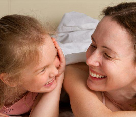 Mama und Tochter lachen zusammen