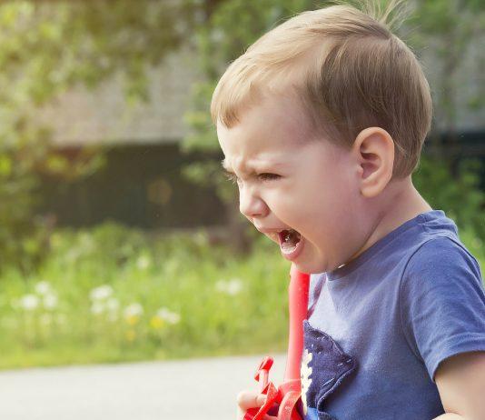 Kleinkind schreit und ist wütend