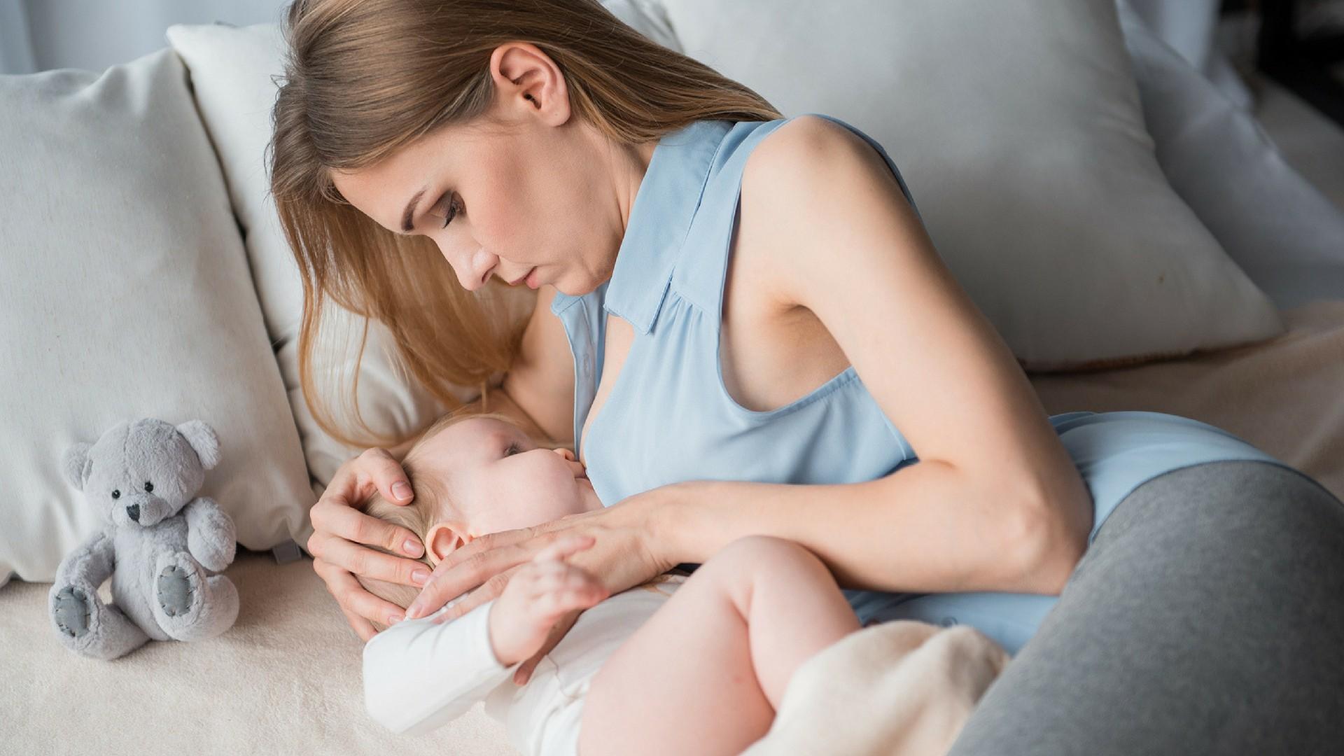 Frau versucht, Baby zu stillen