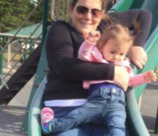 Mutter mit Kind auf Rutsche