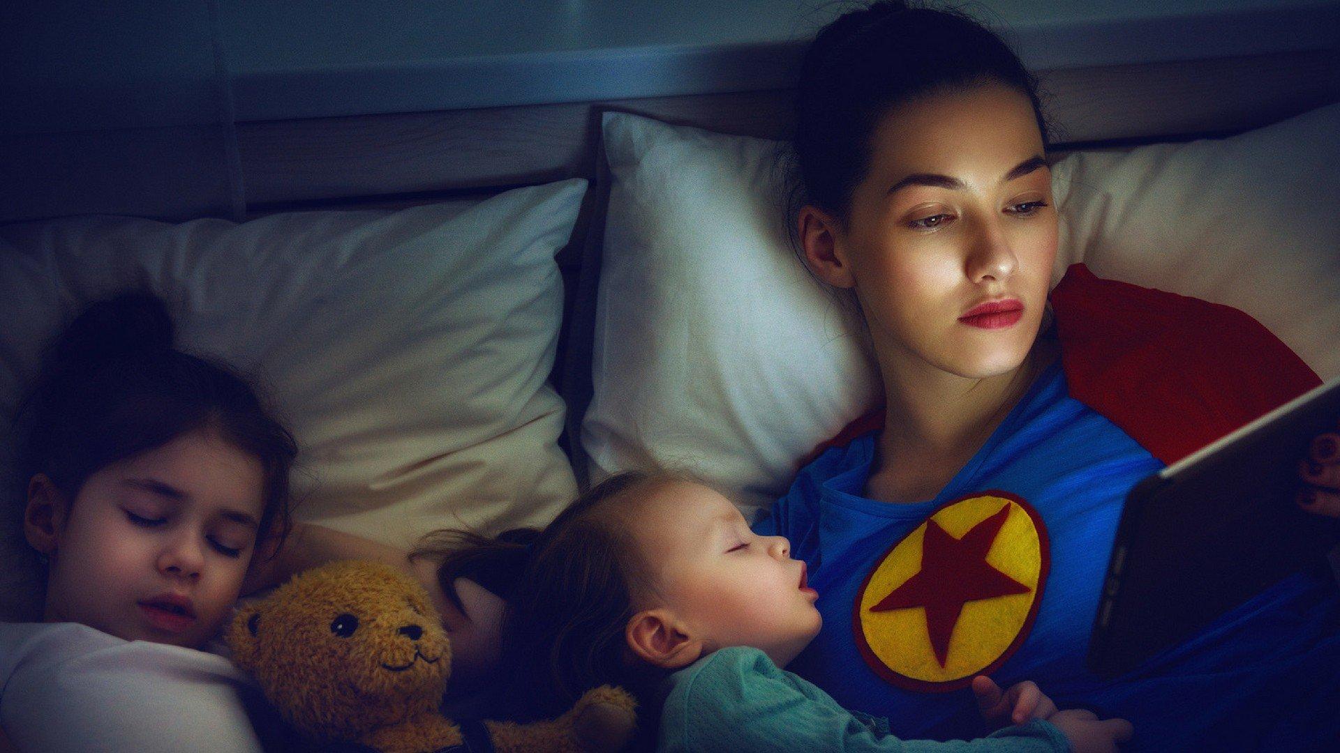 Söhne Teilen Bett Mit Mama