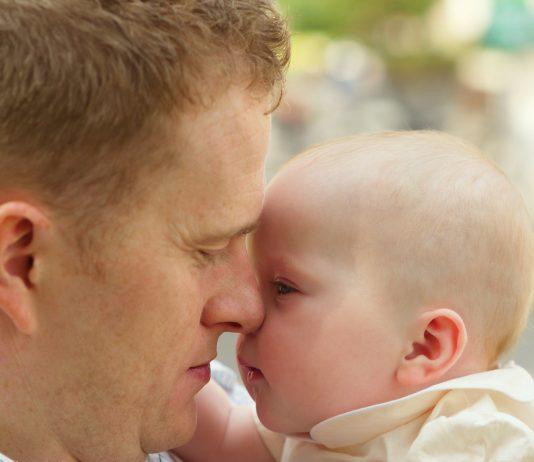 Vater schmust mit seinem Baby