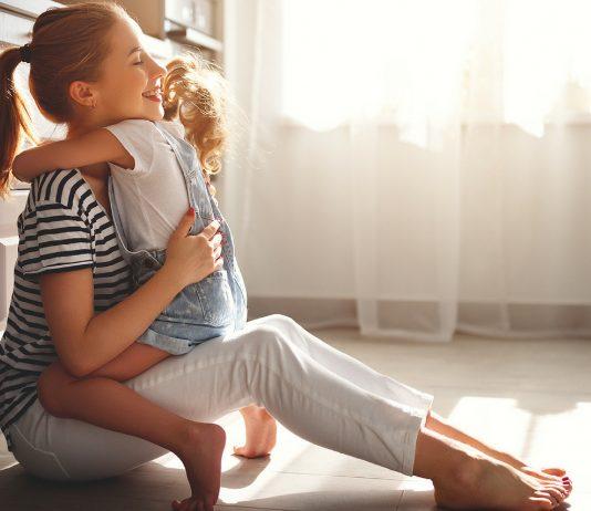 Mama und Tochter umarmen sich