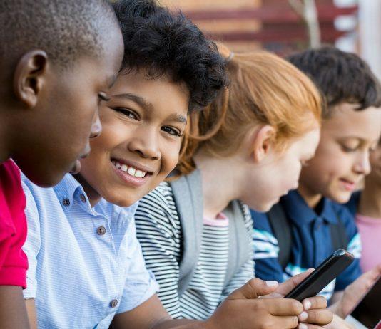 Kinder spielen am Smartphone