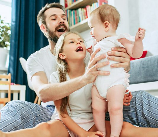 Papa und seine Töchter machen Quatsch zusammen