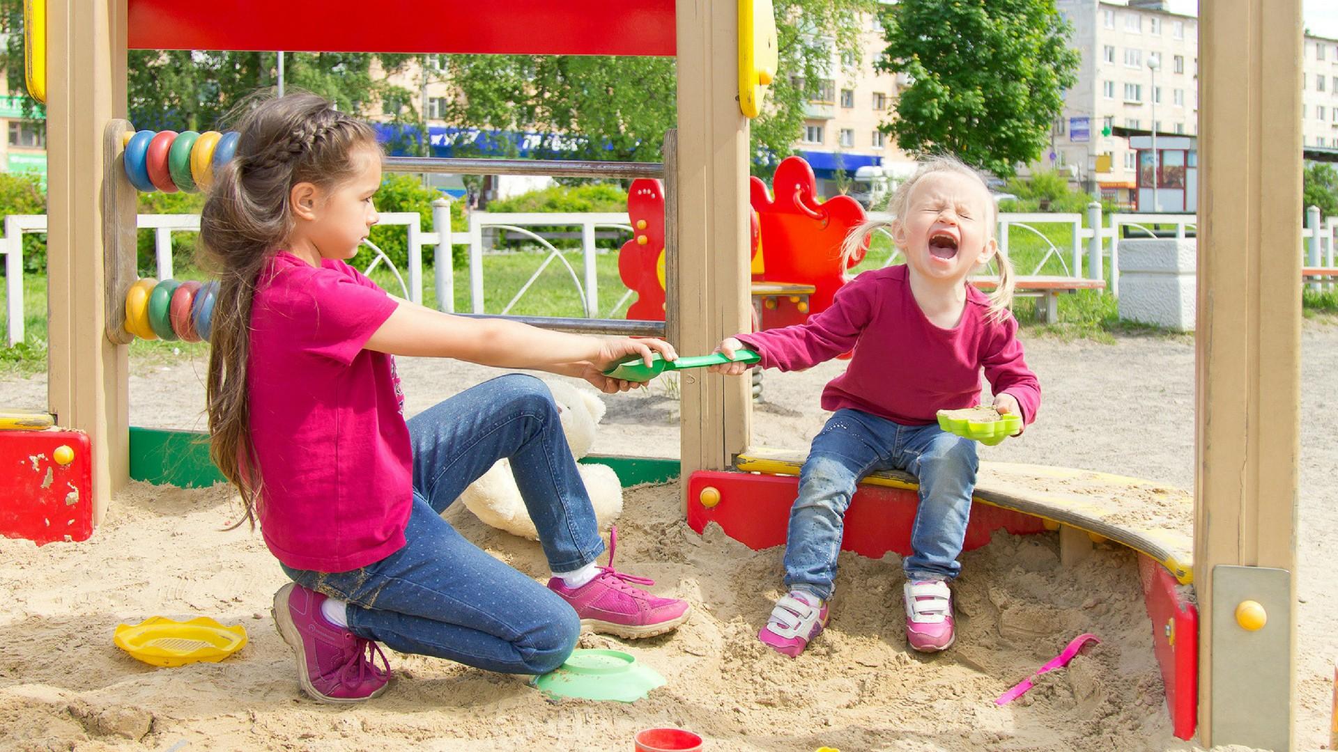 Kinder streiten sich auf dem Spielplatz