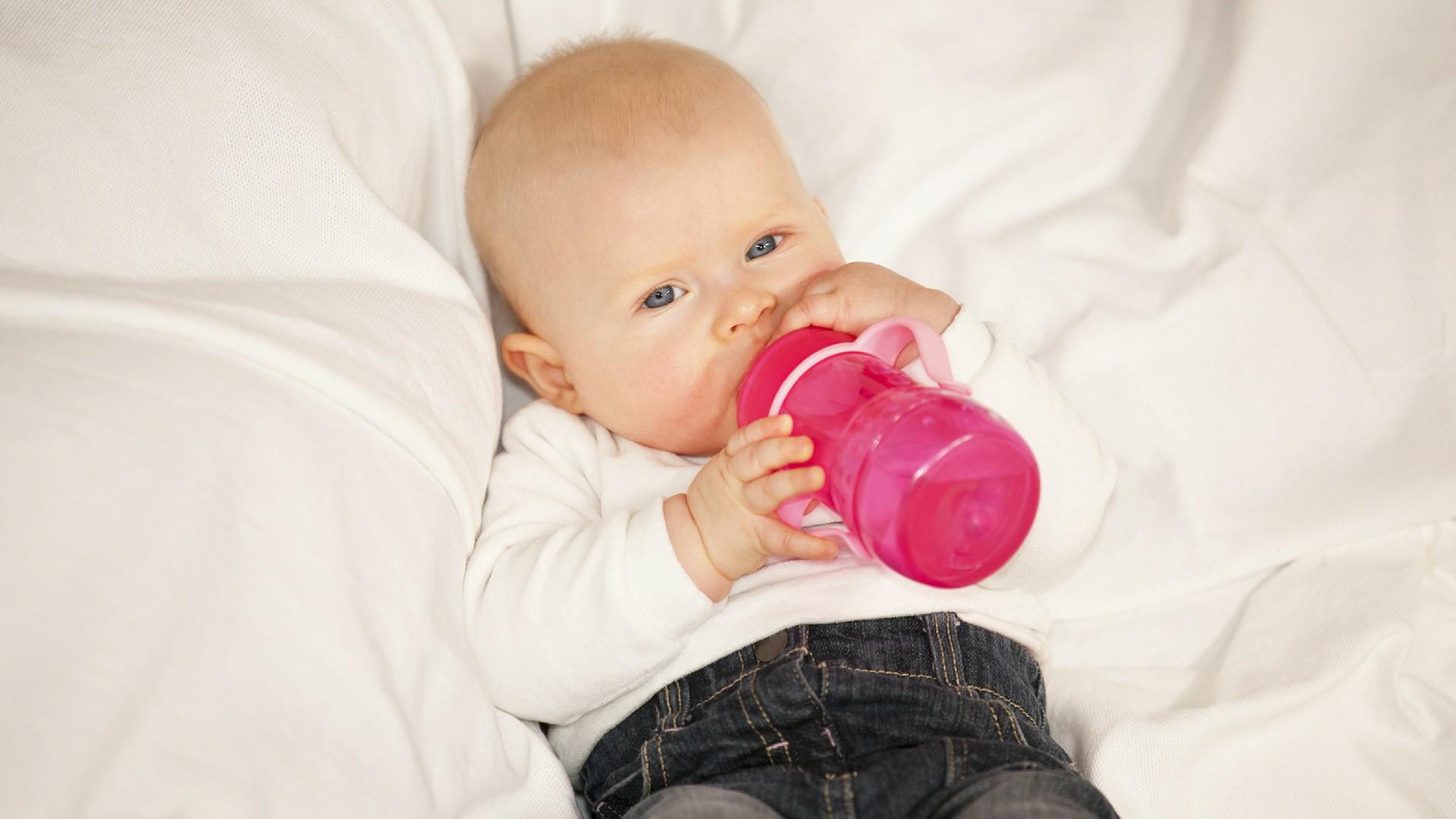 Baby trinkt aus seinem Fläschchen