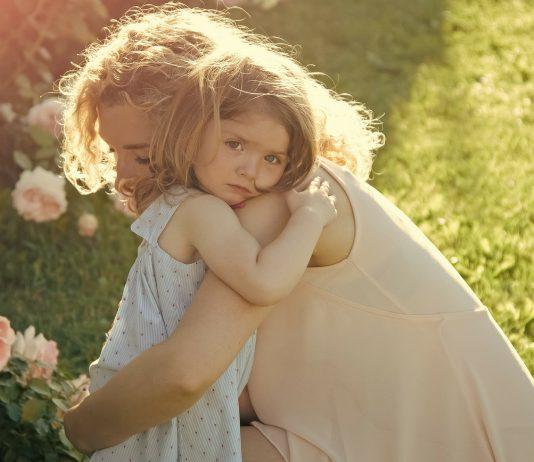 Mama und ihre Tochter nehmen sich in den Arm
