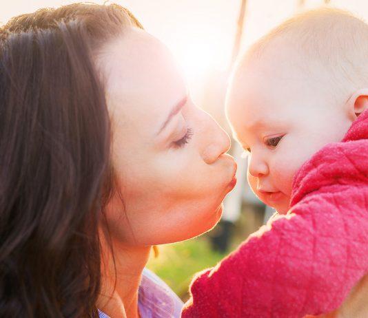 Mama gibt Baby einen Kuss